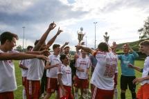 Siegerjubel: Die Löchgauer feiern nach dem Abpfiff den Sieg beim NEB-Turnier. Zuvor haben sie im Endspiel gegen Kirchheim nach Verlängerung gewonnen.